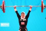 بسامی بانوی وزنه بردار ایرانی در کنار کادر درمان بیماران کرونایی